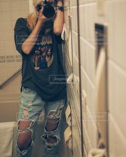鏡の前に立っている人の写真・画像素材[1329872]