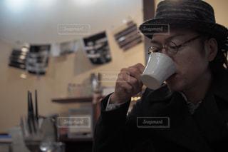 コーヒーを飲む男性の写真・画像素材[1351550]