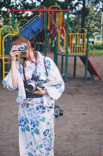 携帯電話で話している若い女の子の写真・画像素材[1414689]