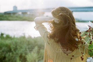草の中に立っている女性の写真・画像素材[1537495]