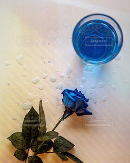テーブルの上の青い花瓶の写真・画像素材[2126259]
