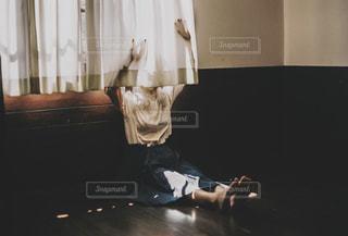 暗い部屋で眠っている人の写真・画像素材[2181500]