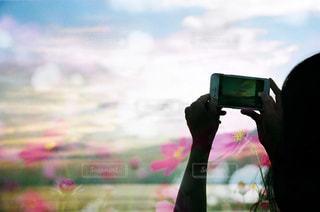 携帯電話を持つ手の写真・画像素材[2286656]