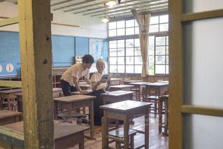 教室で勉強する二人の写真・画像素材[2577093]