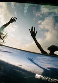 窓から飛んでいく人の写真・画像素材[2798715]