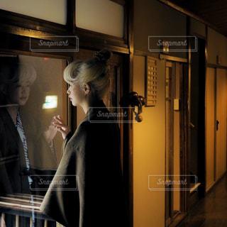 カメラに向かってポーズをとる鏡の前に立つ人の写真・画像素材[2798720]