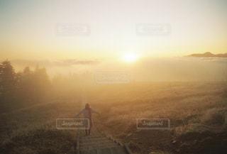 雲海から顔を出す太陽の光の写真・画像素材[2857399]