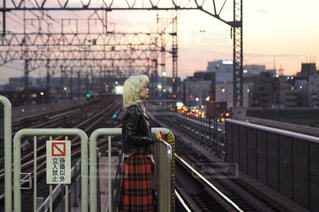 女性,1人,ファッション,風景,空,夕日,屋外,駅,黒,夕方,人物,人,フェンス,鉄道,コーディネート,コーデ,金髪,夕焼け空,手すり,レール,ブラック,ライダース,黒コーデ