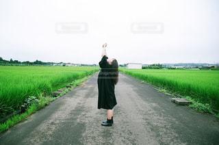 女性,1人,ファッション,風景,空,屋外,ワンピース,黒,草,人物,道,人,田んぼ,コーディネート,コーデ,草木,フィルム写真,ブラック,黒コーデ