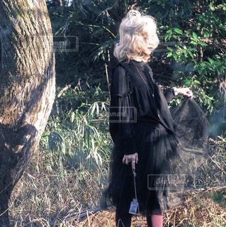 女性,1人,ファッション,屋外,黒,草,樹木,人物,人,立つ,コーディネート,コーデ,金髪,草木,ブラック,黒コーデ