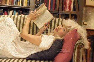 本を読んでベッドに横たわっている人の写真・画像素材[2917513]