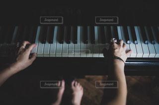 暗い部屋のピアノの写真・画像素材[3284831]