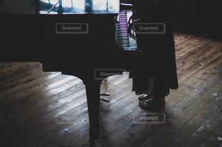暗い部屋のはピアノの写真・画像素材[3284830]