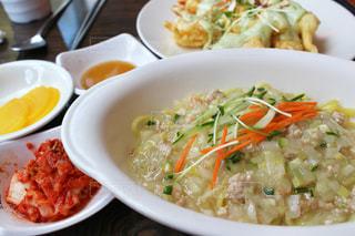 白いジャージャー麺の写真・画像素材[815109]