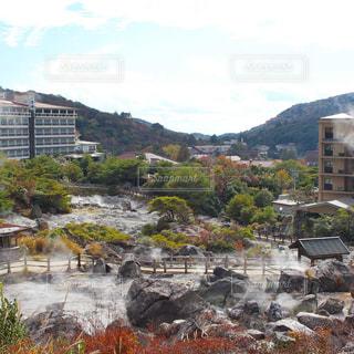 背景の山の大きな建物の写真・画像素材[1607523]