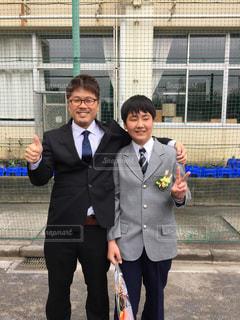 身に着けているスーツとネクタイの建物の前に立っている男の写真・画像素材[1089284]