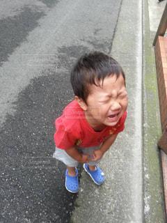 通りに立っている小さな男の子の写真・画像素材[1789215]