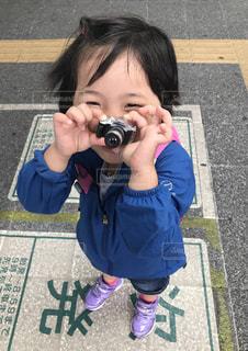 近くにカメラを持って子供のアップの写真・画像素材[1830379]