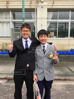 身に着けているスーツとネクタイの建物の前に立っている男の写真・画像素材[1854572]