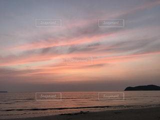 ビーチに沈む夕日の写真・画像素材[851047]
