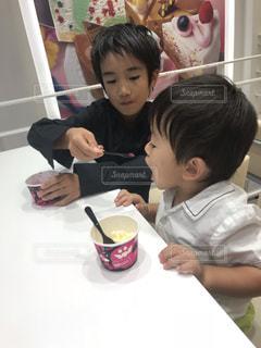 子供,人物,人,アイスクリーム,男の子,兄弟,味見,食欲