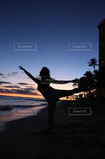 日没の前に立っている男の写真・画像素材[1506789]