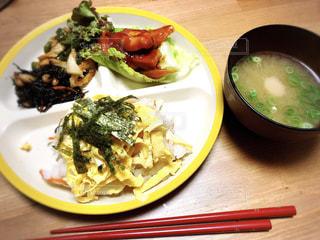 テーブルの上に食べ物のプレートの写真・画像素材[1271053]