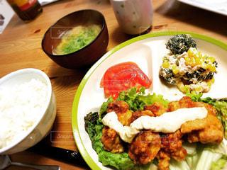 テーブルの上に食べ物のプレートの写真・画像素材[1271076]