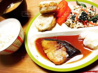 テーブルの上に食べ物のプレートの写真・画像素材[1272088]