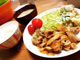 テーブルの上に食べ物のプレートの写真・画像素材[1272100]