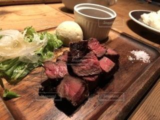 木製テーブルの上に座って食品のプレートの写真・画像素材[1279613]
