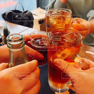 お酒,女子,グラス,ビール,乾杯,下町,ドリンク,居酒屋,赤提灯,ウーロンハイ,乾杯フォト