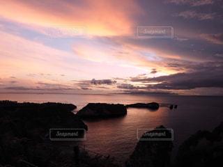水の体に沈む夕日の写真・画像素材[969543]