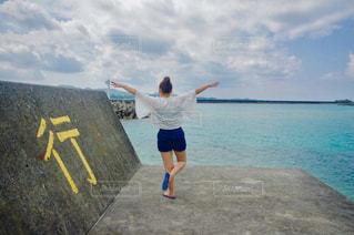 ビーチに立っている人の写真・画像素材[769135]