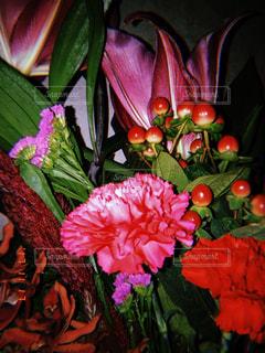 テーブルの上の花の花瓶の写真・画像素材[891957]