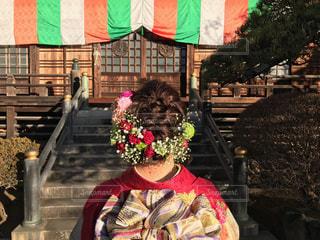 建物の前で椅子に座っての花の花瓶の写真・画像素材[1260951]