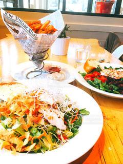 テーブルの上に食べ物のプレート - No.737612