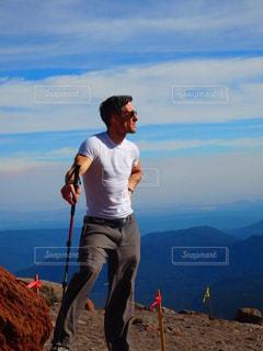 山の前に立っている男の写真・画像素材[776778]