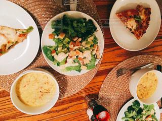 ピザやサラダ皿の上の食事の写真・画像素材[776850]