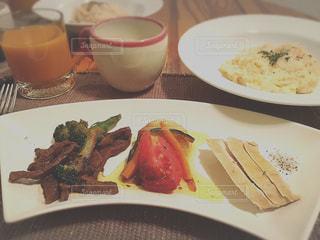 テーブルの上に食べ物のプレートの写真・画像素材[776866]