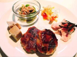 食品のさまざまな種類をトッピング白プレートの写真・画像素材[776905]