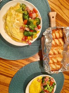 テーブルの上に食べ物のボウルの写真・画像素材[776945]
