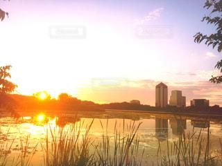 水の体に沈む夕日 - No.795158