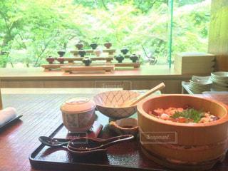 テーブルの上に食べ物のボウルの写真・画像素材[795162]