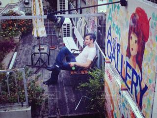 建物の側に落書き男の写真・画像素材[888780]