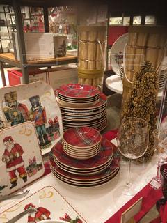 食品のプレートをのせたテーブルの写真・画像素材[937601]