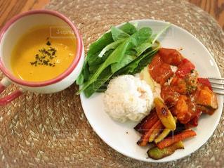 テーブルの上に食べ物のプレートの写真・画像素材[1170089]