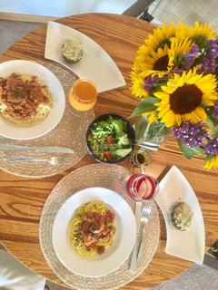 テーブルの上に食べ物のプレートの写真・画像素材[1170094]