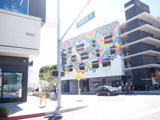 街の通りに看板のある建物の写真・画像素材[740994]