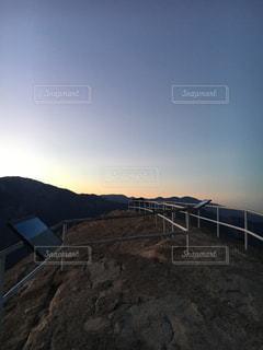 陽が昇るまえの頂上の景色 - No.766318
